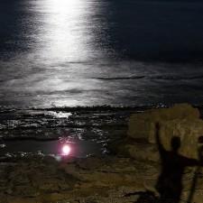 La Luna en un charco y mi sombra