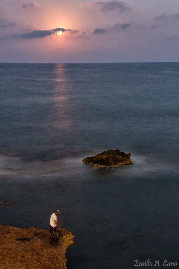 El pescador, la roca y la luna